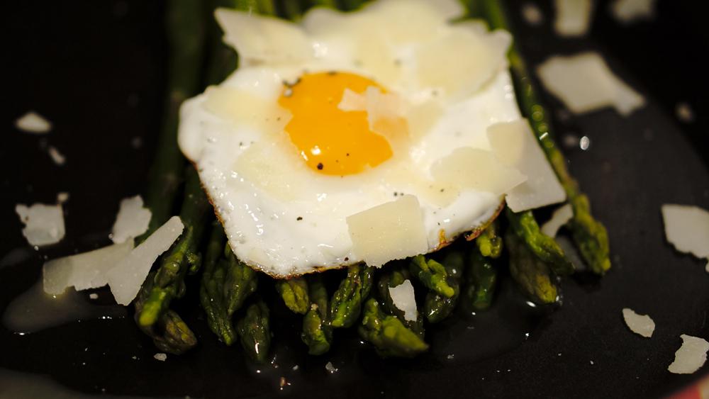 asparagi-uovo-scaglie